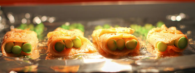 Salmon and asparagus bundles under a grill